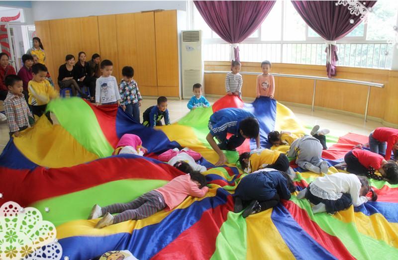 体能大循环小班组--有趣的彩虹伞图片