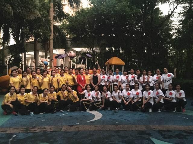 金域蓝湾和香域中央幼儿园组成一个教研团队小组,于10月23日(周五)开展了教师体能羽毛球、拔河比赛,同时香域中央阮园长为老师们进行了《爱在左,责任在右》的精彩讲座。 参加本次活动金域蓝湾共23名老师,香域中央共27名老师。羽毛球活动通过为期一周的园内预赛、复赛、半决赛,最后两园各选出前三名参加总决赛。羽毛球、拔河决赛在香域中央幼儿园进行,随着两园的口号:金域金域,随心所欲;香域香域,齐心协力,激烈的拉开了比赛的帷幕。在比赛的过程中,每一个参赛的老师都用她们自己的方式诠释出不同的精彩,老师们尽所其能,